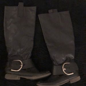 Boots (goes up to knee) in black